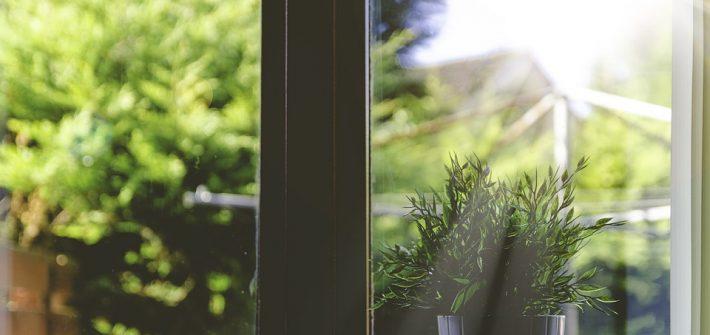 okno drewniane w domu