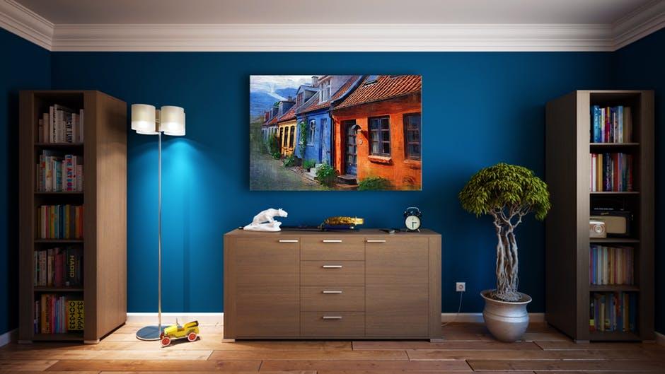 plakat wiszący na ścianie w salonie